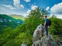 Caminante del adolescente en un rastro de montaña Imagen de archivo libre de regalías