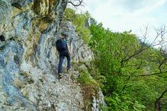 Caminante del adolescente en un rastro de montaña Imágenes de archivo libres de regalías