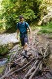 Caminante del adolescente que cruza el río Fotografía de archivo