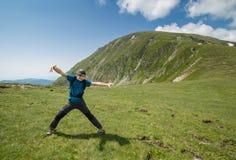 Caminante del adolescente que se divierte en las montañas Fotografía de archivo libre de regalías