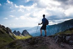 Caminante del hombre encima de la montaña fotografía de archivo