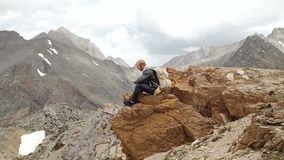 Caminante del hombre fuerte que toma la foto con el teléfono elegante en el pico de montaña Alba maravillosa almacen de video