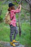 Caminante del inconformista que toma la foto, selfie con el teléfono elegante en la montaña imagen de archivo libre de regalías