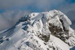Caminante del invierno que descienden una montaña Fotos de archivo libres de regalías