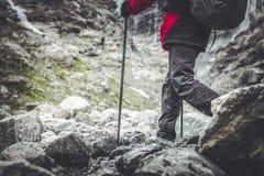 Caminante del rastro de montaña imagenes de archivo