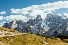 Caminante delante de las montañas de las montañas imagenes de archivo