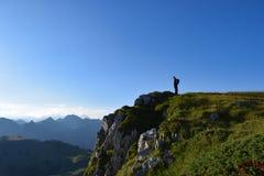 Caminante delante de un acantilado Foto de archivo