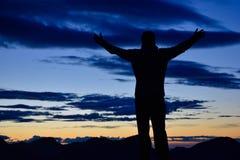 Caminante delante de una puesta del sol impresionante Fotografía de archivo libre de regalías