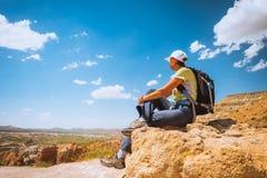 Caminante deportivo de la mujer encima de la montaña fotografía de archivo libre de regalías