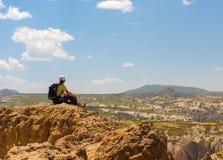 Caminante deportivo de la mujer encima de la montaña imagen de archivo libre de regalías