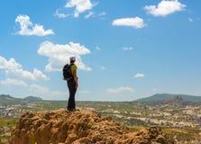 Caminante deportivo de la mujer encima de la montaña fotos de archivo libres de regalías
