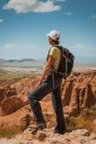Caminante deportivo de la mujer encima de la montaña foto de archivo