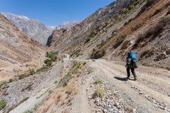 Caminante en altas montañas Imagenes de archivo