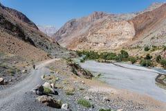 Caminante en altas montañas Fotos de archivo