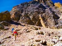 Caminante en el acantilado Fotografía de archivo libre de regalías