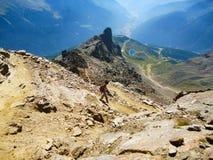 Caminante en el acantilado Imagenes de archivo