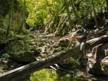 Caminante en el barranco del río de la montaña Imágenes de archivo libres de regalías