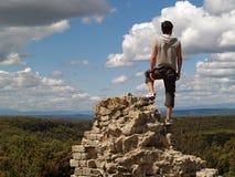 Caminante en el borde de un acantilado Imagenes de archivo