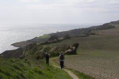 Caminante en el camino costero Imagenes de archivo