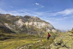 Caminante en el circo de Troumouse - las montañas de los Pirineos imagenes de archivo