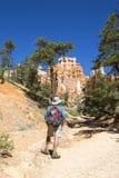 Caminante en el ensayo del jardín del Queens en Bryce Canyon National Park en Utah Foto de archivo