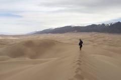 Caminante en el gran parque nacional y Preser de las dunas de arena Imagen de archivo