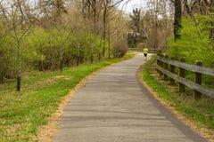 Caminante en el Greenway del río de Roanoke imagenes de archivo
