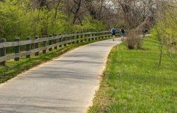 Caminante en el Greenway del r?o de Roanoke fotos de archivo