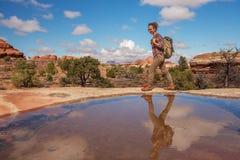Caminante en el parque nacional de Canyonlands, agujas en el cielo, en Utah, los E.E.U.U. foto de archivo libre de regalías