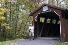 Caminante en el puente de las arcillas Fotografía de archivo