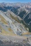 Caminante en el sendero al valle glacial Imagen de archivo libre de regalías