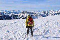 Caminante en el top de la montaña Foto de archivo libre de regalías