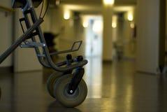 Caminante en hospital del pasillo Imágenes de archivo libres de regalías