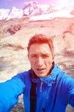 Caminante en la cima de un paso Foto de archivo libre de regalías