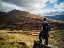 Caminante en la colina imagen de archivo