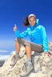 Caminante en la cumbre de la tapa de la montaña Fotografía de archivo libre de regalías