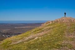 Caminante en la montaña fotografía de archivo libre de regalías