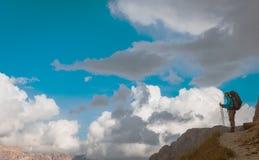 Caminante en la montaña el Tyrol del sur de Sella Ronda del sendero foto de archivo libre de regalías