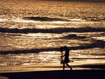 Caminante en la playa, mar de Puri, Orissa, la India Fotografía de archivo libre de regalías