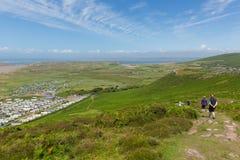Caminante en la trayectoria de la costa de País de Gales en Rhossili abajo de Gower Wales Imagen de archivo libre de regalías