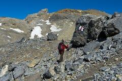 Caminante en las altas montañas Fotografía de archivo