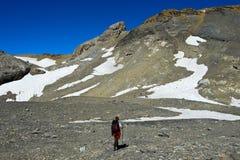 Caminante en las altas montañas Fotografía de archivo libre de regalías
