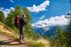 Caminante en las montañas Fotos de archivo libres de regalías