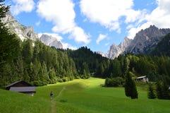 Caminante en las montañas de la dolomía de Italia del noreste imagen de archivo libre de regalías