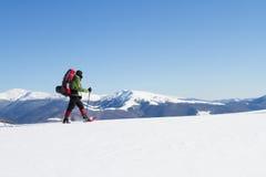 Caminante en las montañas del invierno snowshoeing Fotografía de archivo libre de regalías