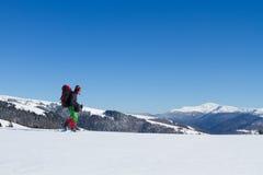 Caminante en las montañas del invierno snowshoeing Fotos de archivo libres de regalías