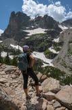 Caminante en las montañas rocosas Fotos de archivo libres de regalías