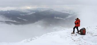 Caminante en montañas Foto de archivo libre de regalías