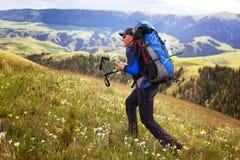 Caminante en montañas imágenes de archivo libres de regalías