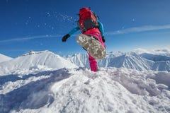 Caminante en montañas del invierno fotografía de archivo libre de regalías